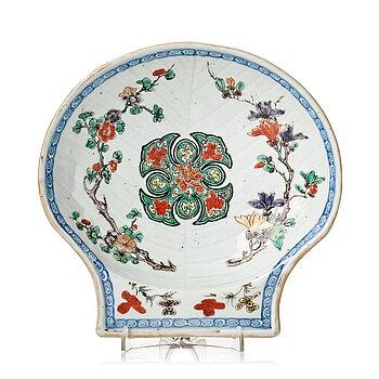 614. A famille verte shell shaped dish, Qing dynasty, Kangxi (1662-1722).