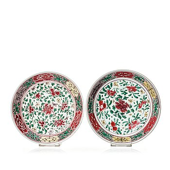613. A pair of Transitional wucai dishes, 17th Century.
