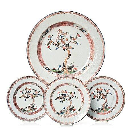 Fat samt tallrikar, tre stycken, porslin. qingdynastin, kangxi (1662-1722).