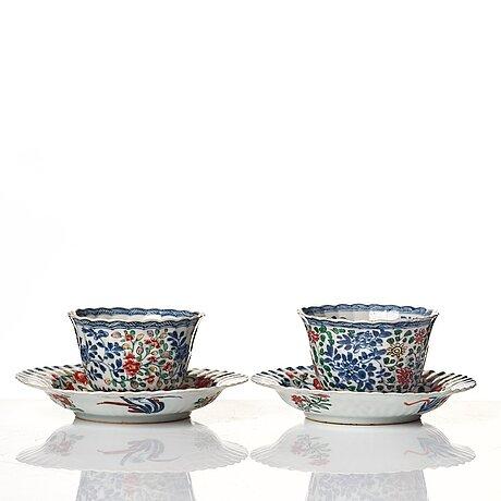 Koppar med fat, ett par, porslin. qingdynastin, kangxi (1662-1722).