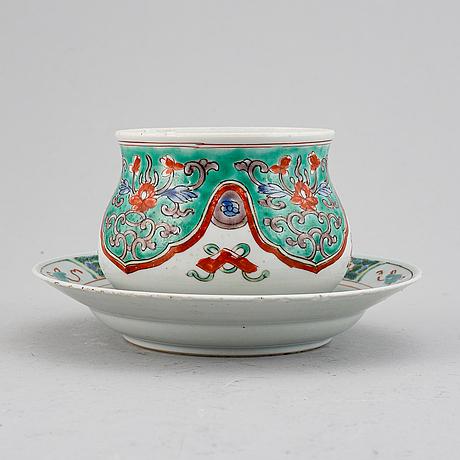 Rökelsekar samt fat, porslin. qingdynastin, kangxi (1662-1722).