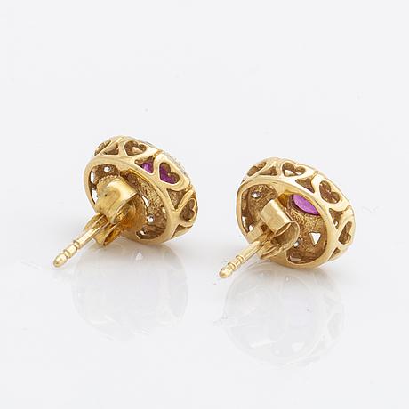 Earrings 18k gold w rubies and brilliant-cut diamonds, approx 10 x 8 mm.