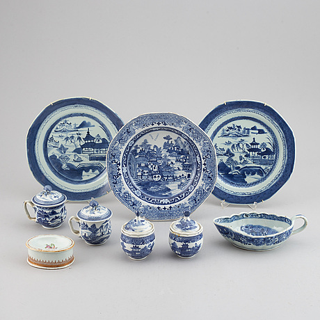 A group of nine blue and white and famille rose export porcelain objects, qing dynasty, 18th/19th century.