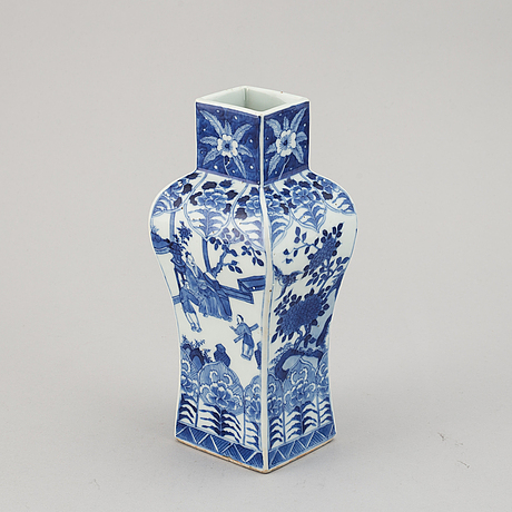 A blue and white squared vase, qing dynasty, late 19th/early 20th century.