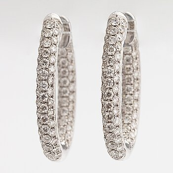 A pair of 18K white gold earrings with brilliant cut diamonds ca. 4.60 ct in total.