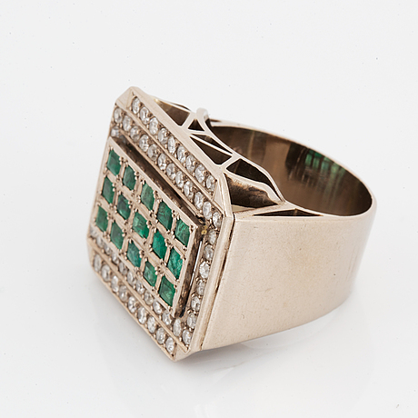Ring, with diamonds and emerald.