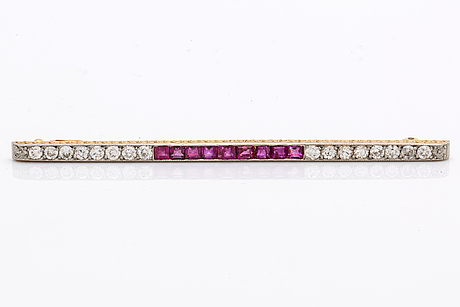 Brooch 18k gold w old-cut diamonds approx 0,70 ct and rubies, length approx 8 cm, original case.