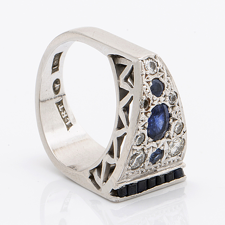 Ring 18k whitegold sapphires and brilliant-cut diamonds approx 0,50 ct.