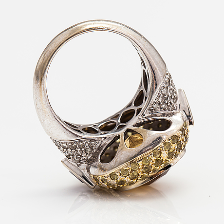 An 18k white gold cocktailring with a citrine, ametysts, yellow sapphires and diamonds ca. 0.27 ct in total.
