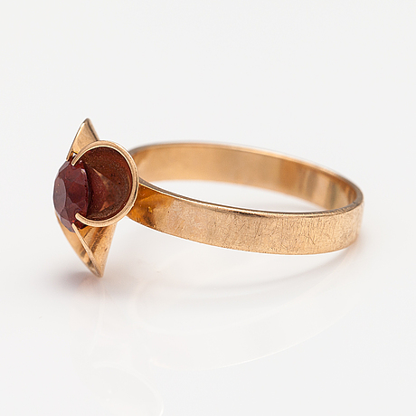 Elis kauppi, a ring, pendant and earrings made of 14k gold with garnets. kupittaan kulta, turku 1972.