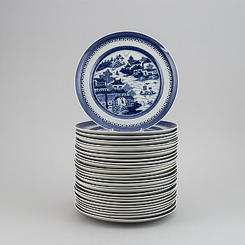 A group of 30 blue and white plates, Qing dynasty, 19th century.