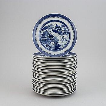 TALLRIKAR, 30 st, porslin. Qingdynastin, 1800-tal.