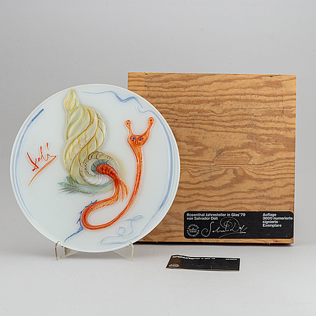 Salvador dalí, a glass dish, for rosenthal studio line, germany, numbered1698/3000, dated 1979.