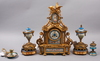 Bordspendyl samt prydnadsurnor, gulmetall och porslin, louis xvi-stil, sent 1800-tal.