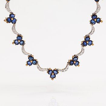 A 14K gold necklace with sapphires ca. 30.00 ct in total and diamonds ca. 1.20 ct in total.