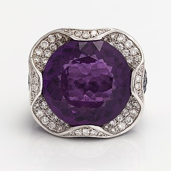 An 18K white gold cocktail ring with sapphires, an amethyst and diamonds ca. 0.88 ct in total.