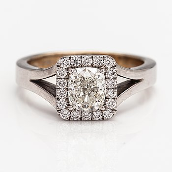 A 14K white gold ring with diamonds ca. 1.22 ct in total.