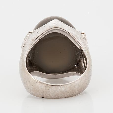 Ring  med en stor grå cabochonslipad safir.