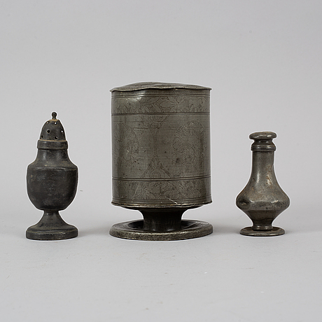 A pewter tobacco box and two shakers, 18th/19th century.