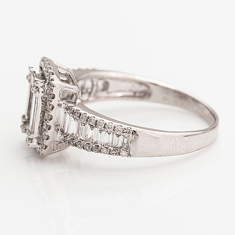 An 18k white gold ring with diamonds ca. 2.21 ct in total.