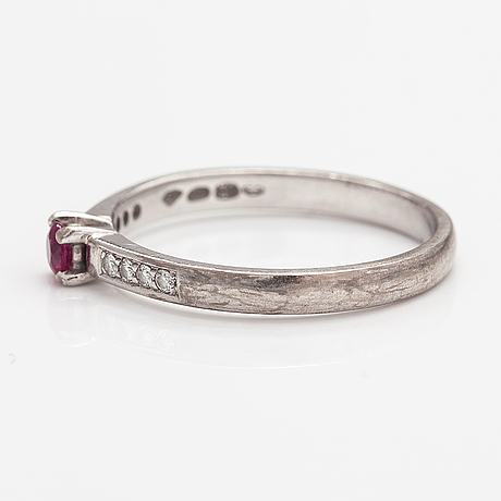 An 18k white gold ring with a ruby and diamonds ca. 0.05 ct in total.