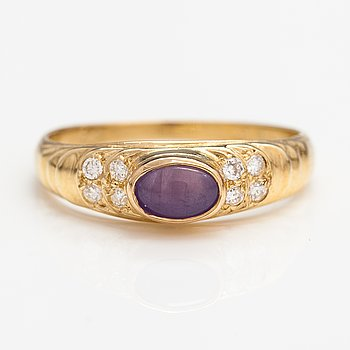 A 14K gold ring with a sapphire and diamonds ca. 0.08 ct in total.
