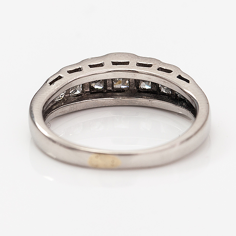A platinum ring with diamonds ca. 0.85 ct in total.