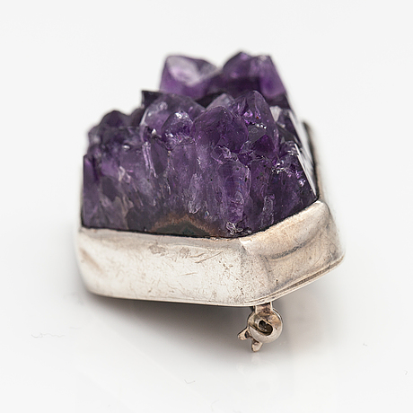 Helge narsakka, a silver brooch with an amethyst. for kaunis koru. lahti 1963.