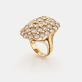 907. Cartier a ring in 18K gold set with round brilliant-cut diamonds.
