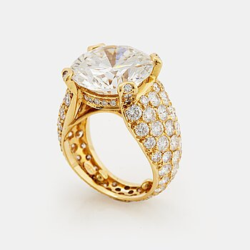 914. A ring in 18K gold set with a round brilliant-cut diamond 10.08 ct G vs2.