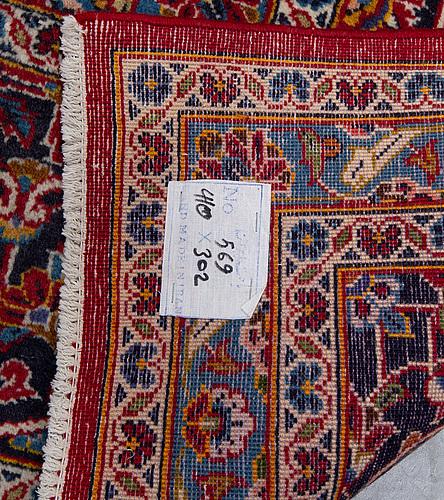 A carpet, kashan, signed ca 403 x 299 cm.