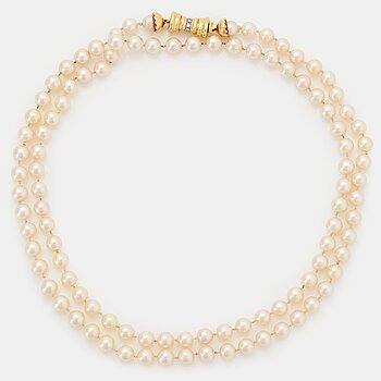 A Chaumet cultured pearl necklace with a clasp in 18K gold set with round brilliant-cut diamonds.