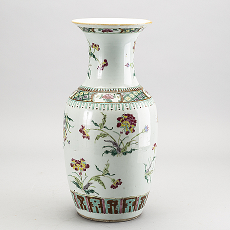 A chinese porcelain vase 19th century.