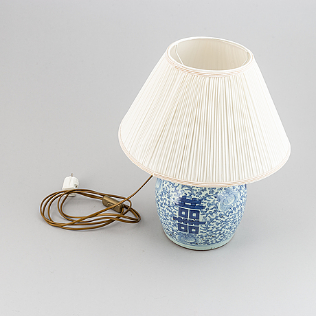 A blue and white jar, turned into a table lamp, qing dynasty, 19th century.