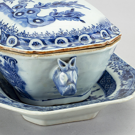 A chinese qianlong blue and white porcelain tureen with sauser.