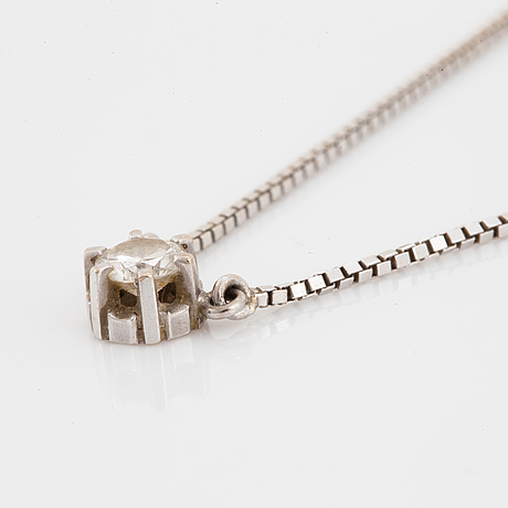 Hänge med briljantslipad diamant med kedja i vitguld.