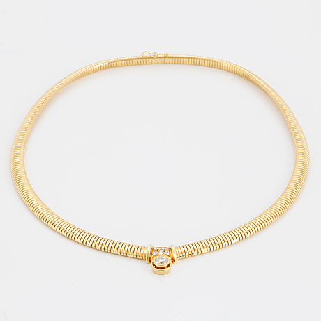 Collier, med briljantslipad diamant 1.01 ct samt 6 st mindre briljanter tot 0.40 ct enligt gravyr.