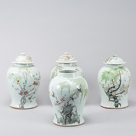 Four chinese famille rose jars/vases with 3 covers, 20th century.