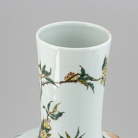 A large chinese famille rose tianqiuping vase, modern.