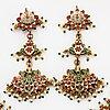 En indisk collier och ett par örhängen.