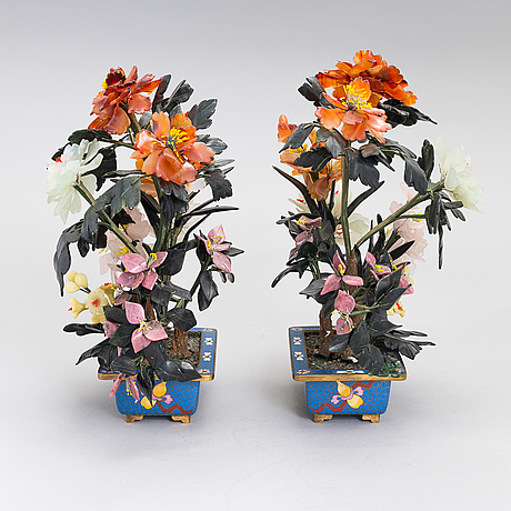 A pair of chinese table decorations in various stones, cloisonné pots. 20th century.