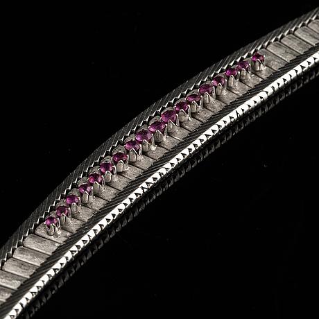 Armband, vitguld med små fasettslipade rubiner.