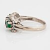 Ring, vitguld med smaragder och åttkantslipade diamanter.