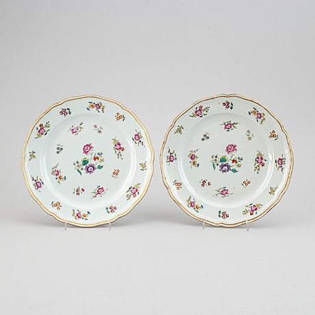 A pair of famille rose dishes, qing dynasty, qianlong (1736-95).