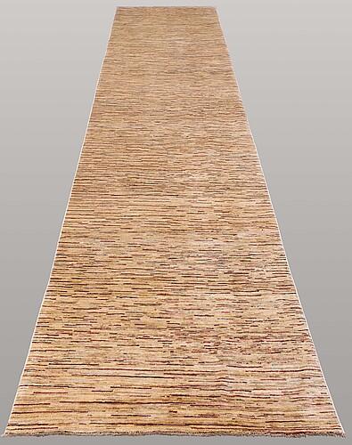A zeigler design runner, ca 437 x 100 cm.