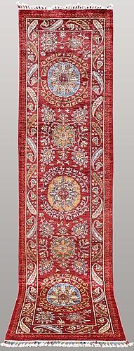 Gallerimatta, orientalisk, ca 307 x 78 cm.
