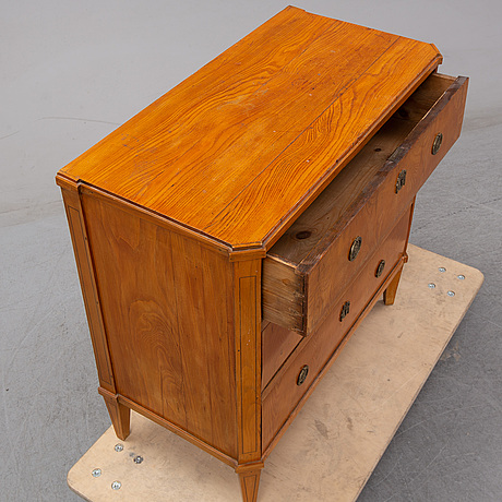 An end of the 18th century gustavian elm veneered chest of drawers.