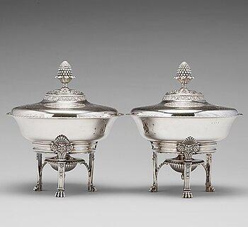 179. Adolf Zethelius, karotter / terriner på réchaud, ett par, silver, Stockholm 1830. Empire.