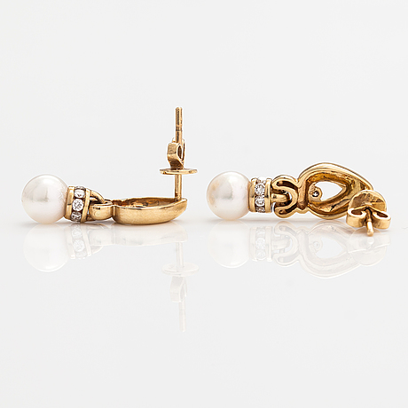 A pair of 14k gold earrings with cultured pearls and diamonds ca. 0.25 ct in total.