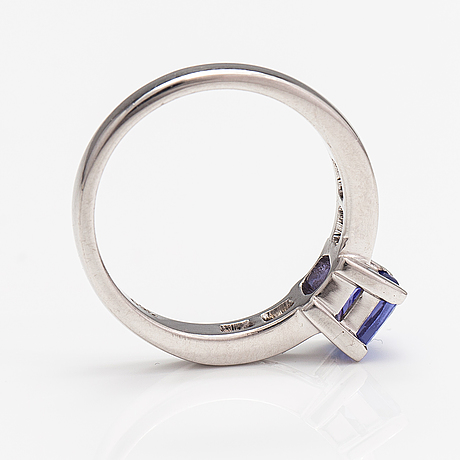 An 18k white gold ring with a tanzanite and diamonds ca. 0.12 ct in total.